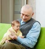 Père heureux avec la chéri de 2 mois Photographie stock libre de droits