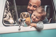 Père heureux avec le fils conduisant une voiture images libres de droits