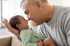 Père heureux avec le petit bébé garçon à la maison Photos stock