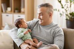 Père heureux avec le petit bébé garçon à la maison Photographie stock