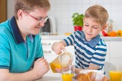 Père heureux avec son fils parlant pendant le petit déjeuner Image stock