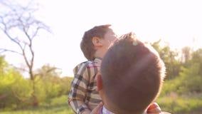 Père heureux ayant l'amusement avec le petit fils dans le parc banque de vidéos