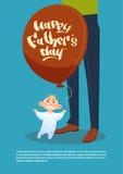 Père heureux Day Family Holiday, ballon à air de prise de fils tenant la carte de voeux proche de jambes de papa Image libre de droits