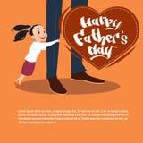 Père heureux Day Family Holiday, carte de voeux de jambes de papa d'embrassement de fille Photographie stock