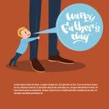 Père heureux Day Family Holiday, carte de voeux de jambes de papa d'embrassement de fils Photos stock