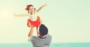 Père heureux de famille et fille d'enfant jouant et ayant l'amusement dedans Photos stock