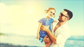 Père heureux de famille et fille d'enfant jouant et ayant l'amusement dedans Photographie stock