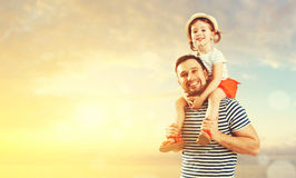 Père heureux de famille et fille d'enfant jouant et ayant l'amusement dedans Photo stock