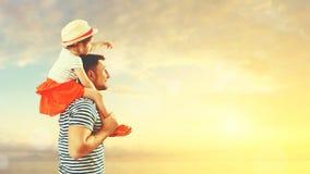 Père heureux de famille et fille d'enfant jouant et ayant l'amusement dedans Image stock