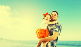 Père heureux de famille et fille d'enfant jouant et ayant l'amusement dedans Images libres de droits