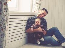 Père heureux de famille et fils de bébé d'enfant jouant à la maison Images stock