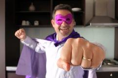 Père heureux de super héros regardant l'appareil-photo Photos libres de droits