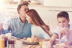 Père heureux embrassant sa fille dans le front Images stock