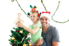 Père heureux et descendant décorant l'arbre Photos libres de droits