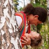 Père heureux et enfant jouant et riant photographie stock