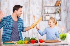 Père heureux et fille faisant cuire ensemble photos libres de droits
