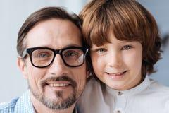 Père heureux et fils avec plaisir se tenant ensemble Photos stock