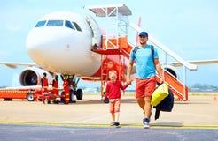 Père heureux et fils ayant ensuite un voyage sur l'avion image stock