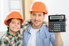 Père heureux et fils faisant la rénovation Photos libres de droits