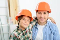 Père heureux et fils faisant la rénovation Photo stock