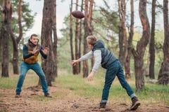père heureux et fils jouant le football ensemble photographie stock libre de droits