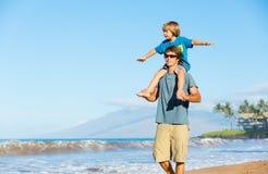 Père heureux et fils jouant sur la plage tropicale, f heureux insouciant Photo libre de droits
