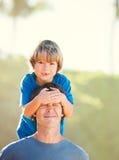 Père heureux et fils jouant sur la plage tropicale, f heureux insouciant Photographie stock libre de droits