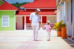 Père heureux et fils marchant sur la rue des Caraïbes de village Photo stock