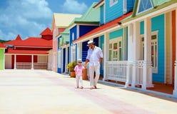 Père heureux et fils marchant sur la rue des Caraïbes de village Images libres de droits