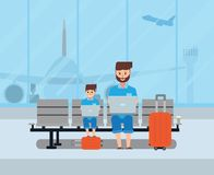 Père heureux et fils modernes s'asseyant dans le salon ensemble u d'aéroport Photos stock