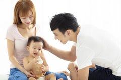 Père heureux et mère parlant avec le bébé image stock