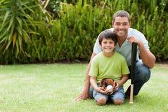 Père heureux et son fils jouant au base-ball Photos stock