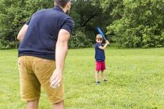 Père heureux et son fils jouant au base-ball Images libres de droits