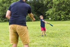 Père heureux et son fils jouant au base-ball Photos libres de droits