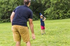 Père heureux et son fils jouant au base-ball Photo stock
