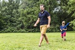 Père heureux et son fils jouant au base-ball Photographie stock