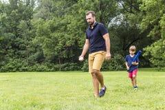 Père heureux et son fils jouant au base-ball Image libre de droits
