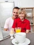 Père heureux et son fils prenant le petit déjeuner Photographie stock libre de droits