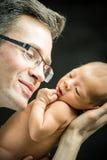 Père heureux tenant avec amour son fils nouveau-né Images libres de droits