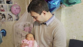 Père heureux tenant le bébé nouveau-né dans des ses bras clips vidéos