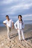 Père hispanique et descendant ayant l'amusement sur la plage Photographie stock libre de droits