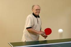 Père jouant au ping-pong Images stock