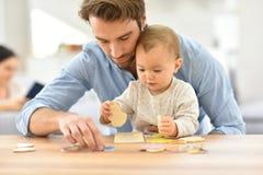 Père jouant avec des puzzles de bébé Images libres de droits