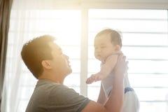 Père jouant avec le fils images stock