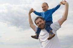 Père jouant avec le fils Photographie stock libre de droits