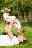 Père jouant avec le fils image libre de droits