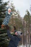 Père jouant avec le fils dans la forêt d'hiver Images libres de droits