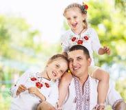 Père jouant avec ses petites filles Photos libres de droits