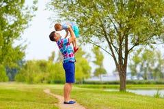 Père joyeux et fils ayant l'amusement dans le parc Image stock