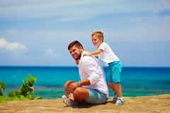 Père joyeux et fils ayant l'amusement pendant des vacances d'été Photographie stock libre de droits